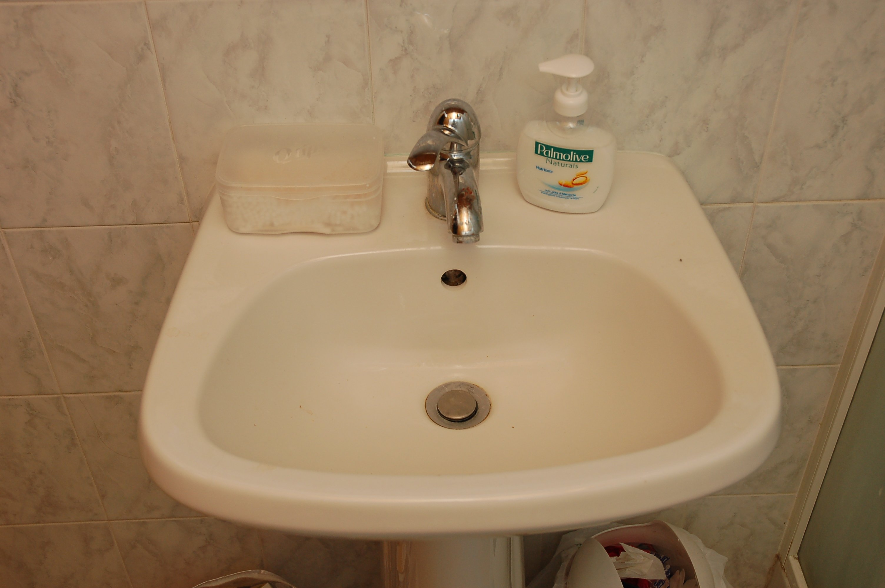 Washbasin in the small bathroom. Other DNA Evidence   The Murder of Meredith Kercher